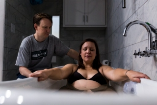 Lawren Rose Photography takes a photograph of a laboring mom in a tub at the Plano Birthplace