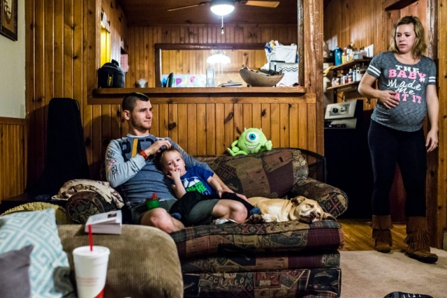 Lawren Rose Photography takes an environmental portrait of a family of 3 hanging out in their living room